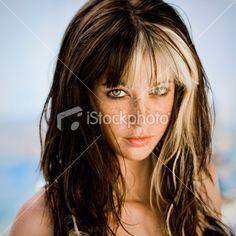 Headshot of Young Woman with Highlights in Hair Facing Camera Foto sin derechos de autor