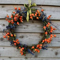 How to arrange autumn flowers with The Sussex Flower School love this seasonal autumn wreath rosehips and viburnum berries. click through for more seasonal autumn flower arrangement ideas you'll love to make Autumn Wreaths For Front Door, Diy Fall Wreath, Front Door Decor, Fall Wreaths, Christmas Wreaths, Autum Flowers, Exotic Flowers, Flowers Garden, Tropical Flowers