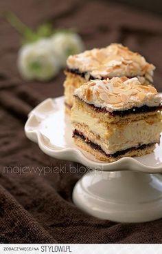 Walewska (Pychotka) - Delicious pastry, sweet meringue with almond flakes, cream and blackcurrant jam . Polish Desserts, Polish Recipes, Blackberry Cake, Kolaci I Torte, Different Cakes, Recipes From Heaven, Cake Tins, Special Recipes, Cream Cake