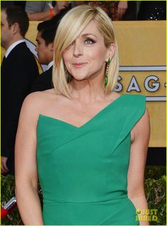 Jane Krakowski pairs a green Roland Mouret gown with green and gold Vhernier earrings #2014SAGAwards