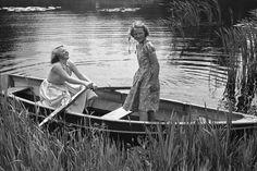 De prinsessen Beatrix en Irene heerlijk aan het varen bij Soestdijk (NL)