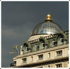 sculpture de Rudy Weller, « Three synchronized divers » ; elle se trouve sur le toit de l'immeuble « Criterion », en haut de la rue Haymarket, tout près de Piccadilly Circus.