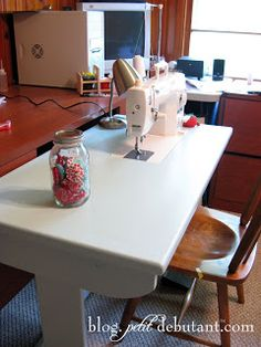 Petit Design Co: DIY Sewing Machine Table . paint makes this old scuffy desk into a pretty nice looking sewing table. Sewing Machine Cake, Sewing Machine Tables, Sewing Room Furniture, Sewing Rooms, Diy Furniture, Diy Sewing Table, Diy Table, Craft Tables, Sewing Desk