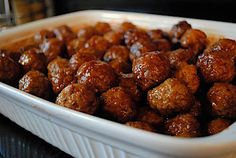 Grape Jelly Meatballs - 500 ml jar of grape jelly, 455 ml Heinz chili sauce, 907 g bag of PC Angus beef frozen meatballs. Melt jelly & chili sauce in sm pot on stovetop. Add meatballs & sauce to casserole dish and cook in oven for at least an hour. Yummy Appetizers, Appetizers For Party, Appetizer Recipes, Costco Appetizers, Party Recipes, Dinner Recipes, Party Snacks, Grape Jelly Meatballs, Party Meatballs