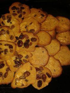 Tuiles raisins/noisette et chocolat http://lesgourmandizdetifa.wordpress.com/2014/03/12/tuiles-raisinsnoisette-et-chocolat/