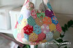 퀼트 / 손바느질 / 퀼트가방 / 핸드메이드 ] 알록달록 76조각 가방~~~ : 네이버 블로그 Patchwork Bags, Quilt Blocks, Diy And Crafts, Patches, Reusable Tote Bags, Handbags, Quilts, Crochet, Hexagons
