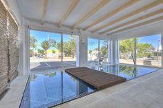 Piscina infinity con rebosadero perimetral en el showroom de Gunitec Pool Spa . #piscinas #pools #outdoor #outdoorliving #design #diseño #exterior #spa #wellness #arquitectura #showroom