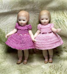 Doll Toys, Dolls, Crochet Clothes, Hand Crochet, Childhood, Flower Girl Dresses, Miniatures, Antiques, Handmade