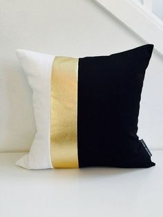 Trendy bedroom black and white gold decor Black White And Gold Bedroom, White And Gold Decor, Black And White Pillows, Black White Gold, Bedroom Black, Bedroom Yellow, Yellow Black, Black And White Design, White Pillow Covers