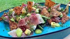 Det bør være noe skikkelig sprøtt i salaten, mener Lars Erik Vesterdal. Han friterer trekanter av lompe, som han strør med salt og danderer på toppen av salaten. Men først har han lagt hjertesalat, mango, asparges, spekeskinke og ramsløkdressing på fatet.