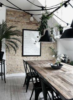 Le style industriel est devenue intemporel! Les chaises noirs de style Tolix se marient bien avec la chaleur du bois et la terre cuite du mur du fond. Le vert des plantes ajoutent une petite touche de contrast visuel. (photo_ site_simplicity)