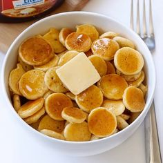 Pancake Cereal is the hottest breakfast trend right now, cooking up tiny bits of pancakes and throwing them into a cereal bowl. Breakfast Dishes, Best Breakfast, Pancake Breakfast, Breakfast Cereal, Morning Breakfast, Vegan Breakfast, Breakfast Ideas, Mini Pancakes, Baby Cereal Pancakes