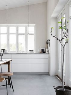 White kitchen with concrete floor. Pella Hedeby, photo by Sara Medina Lind House Interior, Silestone Worktop, Kitchen Styling, Kitchen Interior, Home, Interior, Kitchen Remodel, Ikea Kitchen, Home Decor