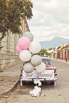 Décoration d'une voiture de mariage avec des ballons