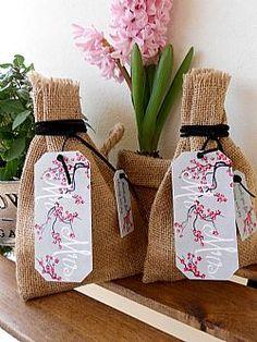 Μπομπονιέρα γάμου πουγκί λινάτσας με ανθισμένη κερασιά