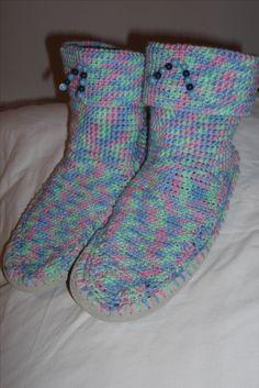 Mes premiers chaussons que j'ai crochetés sur des semelles achetées séparement