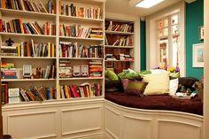 Os livros estão bagunçados demais para o meu gosto, mas o recanto é muito bacana!