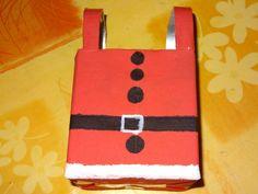 un emballage en costume de père Noël pour mettre des friandises