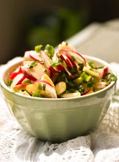 Radish salad with apple, chives and spring onions Radish Salad, Decoration Table, Couscous, Potato Salad, Onion, Veggies, Food And Drink, Low Carb, Eat