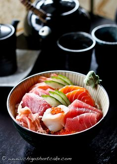 "Chirashi-zushi (""scattered"" sushi) bowl with tuna, salmon, scallops with salmon roe in the center, sweet shrimp and cucumbers. Sushi Recipes, Seafood Recipes, Asian Recipes, Ethnic Recipes, Japanese Dishes, Japanese Food, Sashimi, Sushi Love, Ceviche"