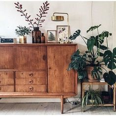 Furniture and Home Decor Trends Take a look at these mid-century furniture ideas! We're sure you are going to love it! Retro Home Decor, Home Decor Trends, Vintage Decor, Diy Home Decor, Decor Ideas, Decorating Ideas, Design Vintage, Decorating Websites, Vintage Diy