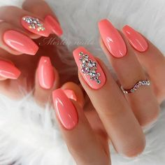 ❤️ A design with accent nails is definitely not something brand new. Yet, we cannot stop opting for it. Because we love emphasizing our individuality. ❤️ See more: [post_link] Peach Nails With Rhinestones Coral Nails, Peach Nails, Pink Nail Art, Peach Acrylic Nails, Jewel Nails, Cute Nails, My Nails, Trendy Nail Art, Nagel Gel