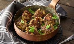 YRTTI-FETALIHAPULLAT Sekoita silputut yrtit, kermaviili, kananmuna, korppujauhot, suola ja pippuri. Anna turvota 15 minuuttia. Lisää jauheliha, murustettu fetajuusto ja oliiviviipaleet. Pyörittele mureketaikina pulliksi ja paista joko uunissa tai paistinpannussa. Syö raikkaan salaatin kanssa.
