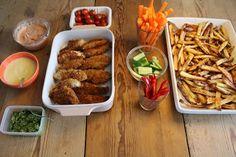 Forleden dag lavede jeg disse dejlige kyllingstykker med hjemmelavede pomfritter, grøntsagsstave og 3 slag dyppelse til....   Det smagte rig...