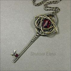латунь, сваровски(цвет Ruby),длина ключа 8,8см, длина цепи 76см(без замка) продаётся