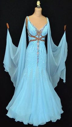 Designs to Shine. I really think this should be the color of my next ballroom dress. (Eman's 'I just woke up but I still want to look elegant' dress) Moda Medieval, Medieval Dress, Beautiful Gowns, Beautiful Outfits, Gorgeous Dress, Pretty Outfits, Pretty Dresses, Dance Dresses, Prom Dresses