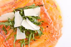 #Carpaccio di #salmone affumicato condito con olio e limone e servito con rucola e scaglie di parmigiano. Un classico intramontabile che esalta il gusto del salmone.  #cucinedalmondo #ricette