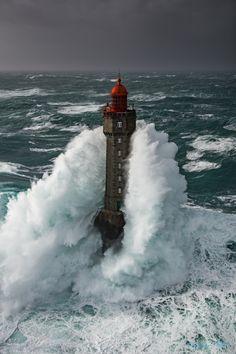 Le phare de la Jument à Ouessant, lors de la tempête Ruzika, 50 noeuds de vent et une houle de plus de 10m ce jour-là. La Jument lighthouse in Brittany at Ouessant island, during the storm Ruzika, 50 knots of wind and a swell furthermore of 10m this day. https://www.facebook.com/RonanFollicphotographies/ http://ronanfollic.fr/phares-en-mer.html Voir moins