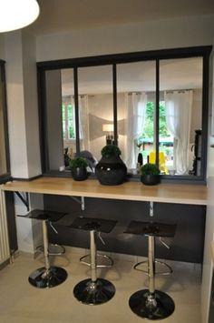 Une verrière d'intérieure : un bon moyen de séparer les espaces tout en laissant circuler la lumière. Ajoute une touche de modernité aux intérieurs