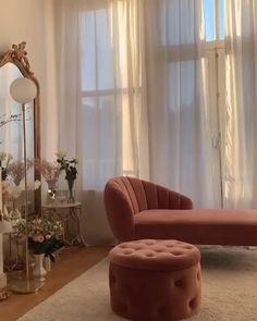Chambre cocoon style boudoir blanche et rose méridienne en velours vieux rose pied doré Primrose, méridienne avec accoudoir à droite, velours rose poudré Avec Primrose, faites de votre intérieur un refuge raffiné. En velours lisse, cette méridienne est aussi confortable qu'élégante. Avec son dossier incurvé et matelassé, une assise moelleuse, se lover au creux de Primrose est un réel plaisir après une longue journée. Les pieds en laiton apportent la touche finale à son design luxueux. Home Room Design, Home Interior Design, Style Boudoir, Home Bedroom, Bedroom Decor, Aesthetic Room Decor, Dream Rooms, My New Room, House Rooms