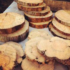 Aujourd'hui c'était découpe du tronc et des grosses branches d'un pommier mort pour réaliser des centres de table sur une thématique forestière ! #bois #wood #sarahfarsyscenographie #rondindebois #decoupe #tronçonneuse #centredetable #tableware #tronc #branches #branch #noel #christmas #mariage #wedding #forestier #decoration #deco #diy #bricolage #pommier #appletree #forest #foret #chainsaw #trunk