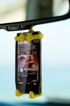 Cell phone car holders are so cumbersome and this is so convenient! Smartphone, Android Ou Iphone, Cool Car Accessories, Mobile Accessories, Car Essentials, Car Goals, Car Gadgets, Car Storage, Car Hacks