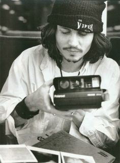 Johnny Depp with a polaroid.it couldn& get any better for the photographer that has had a lifelong crush on Johnny Depp. Eddie Vedder, Grunge Trends, Beautiful Men, Beautiful People, Gorgeous Gorgeous, Beautiful Person, Beautiful Images, Por Tras Das Cameras, Johny Depp
