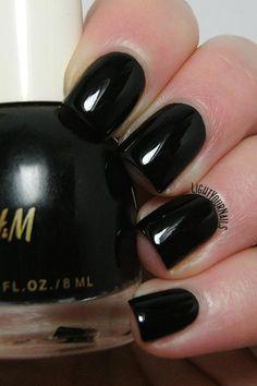 H&M Neo Noir black creme nail polish swatches and review. // Smalto nero laccato H&M Neo Noir: foto e recensione.