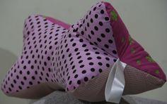 Almofada para pescoço em tecido 100% algodão com enchimento de fibra de poliéster. <br>3 estampas variando a cor rosa. <br>Com um formato perfeito para encaixar o pescoço e proporcionar o merecido relaxamento ! <br>Ótimo acessório para viagens.