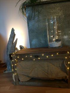 Décoration meuble en bois. Meuble à chaussure avec de la toile de jute