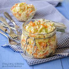 Klasyczny przepis na surówkę colesław (Coleslaw) z kapusty, marchwi i jabłka. Sprawdź!