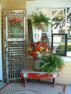 love the warm summer colors on this cozy porch.. and would snatch up that bench in a heartbeat <3