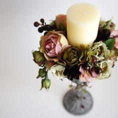アンティークカラーのアーティフィシャルフラワーをアレンジしたキャンドルホルダー。※お花はアーティフィシャルフラワー(造花)です。※サイズ:直径 約19cm × 高さ 約34cm