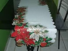 Hermosas ideas y tutorial para hacer caminos de mesa navideños Winter Christmas, Christmas Wreaths, Holiday Crafts, Holiday Decor, Tablerunners, Novelty Items, Janome, Mug Rugs, Table Toppers