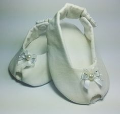 Sapatinho feito em tecido 100% algodão e estruturado com manta acrílica.    Modelo Peep toe.    Confeccionamos os sapatinhos nas seguintes Medidas:  Tamanho P - Idade 0 a 3 meses - 10 cm  Tamanho M - Idade 4 a 7 meses - 11 cm  Tamanho G - Idade 8 a 12 meses - 13 cm