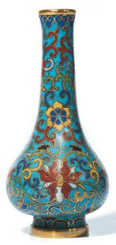 CHINE - Epoque QIANLONG Petit vase bouteille en bronze dore et emaux cloisonnes