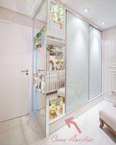 Mais uma vez nossa cama auxiliar abaixo do armário rouba a cena! Com dimensões de cama de solteiro padrão, a profundidade do armário se torna imperceptível pelo jogo de volumes que criamos na entrada do quarto, revestidos todos em espelho! Além de super funcional, priorizamos também a beleza! Super felizes com o resultado! #prometolm #arquiteturacriativa #lmarquitetura #lucianadiasemarianacarvalho #quarto #bebe #babyroom #quartodemenina #menina #espelho #mirror #babygirl…