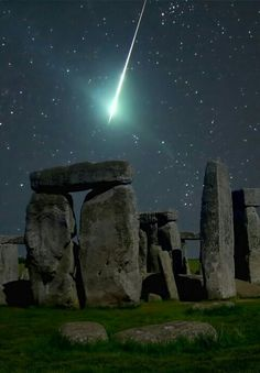 Funny pictures about Meteor over Stonehenge. Oh, and cool pics about Meteor over Stonehenge. Also, Meteor over Stonehenge. Beautiful Places To Visit, Beautiful World, Places To See, Beautiful Images, Places Around The World, Around The Worlds, Science And Nature, Belle Photo, Night Skies