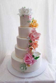 Wedding cake. Tarta de boda con flores de azúcar