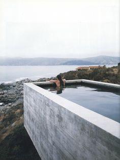 Une piscine en béton atypique pour une vue incroyable.